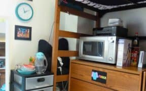 Dorm Microwave on dreser